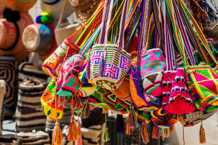 Venta callejera de bolsos tradicionales Wayuu hechos a mano en Cartagena de Indias Editorial
