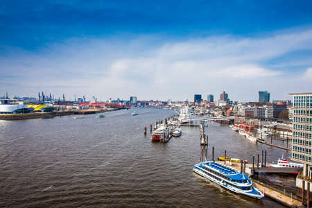 View of a Hamburg harbor and port on a beautiful early spring day Foto de archivo - 111978726