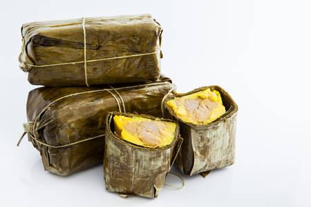 Tamal colombiano tradicional hecho en la región de Santander aislado sobre fondo blanco.