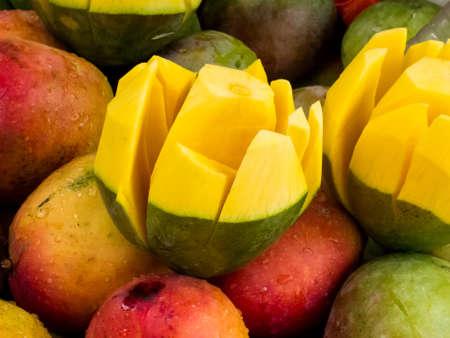 Venta callejera de mango fresco de actualidad en el centro de la ciudad de Cali