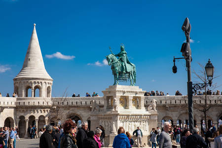 Tourists and the St. Stephen King statue at Fisherman Bastion a terrace located on the Buda bank of the Danube at the Castle hill built on 1902 Фото со стока - 123129328