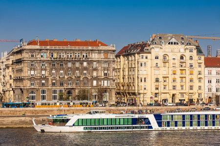 Big touristic boats at Danube river in Budapest Фото со стока - 122738469