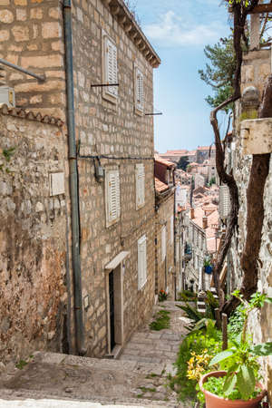 The beautiful steep alleys at the walled old town of Dubrovnik Banque d'images - 122492233