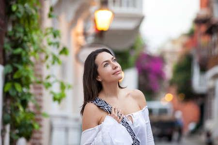 Bella donna per le strade della città murata di Cartagena de Indias