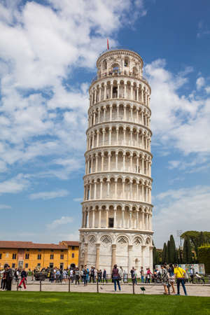 Touristen am Schiefen Turm von Pisa an einem schönen Vorfrühlingstag