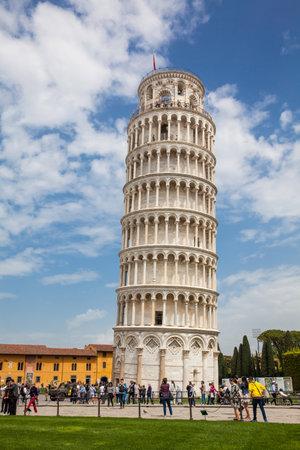 Turistas en la Torre Inclinada de Pisa en un hermoso día de primavera