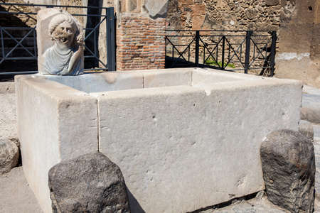 Antique water fountain on the streets of the ancient city of Pompeii Banque d'images