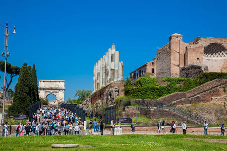 Tourists visiting the Ruins of the Temple of Venus and Rome located on the Velian Hill and Arch of Titus Redactioneel
