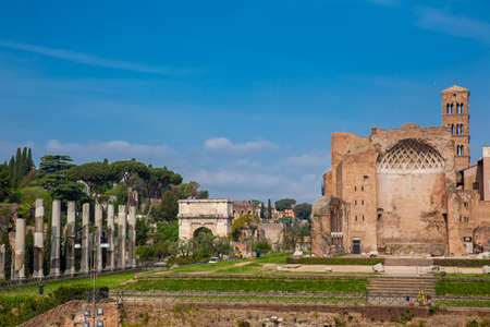 Tourists visiting the Ruins of the Temple of Venus and Roma located on the Velian Hill and Arch of Titus Stockfoto