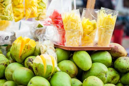 Carro tradicional de un vendedor ambulante de frutas tropicales en la ciudad de Cali en Colombia Foto de archivo