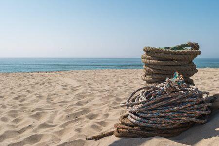 Touwen die worden gebruikt voor het vissen op ambachtelijke trawlvisserij. Touwen voor de Arte Xavega-visserijtechniek op het strand van Paramos, Espinho, Portugal. Typerend in deze regio van Portugal