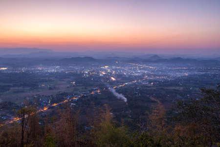 Loei ciudad fue la tarde del punto de vista de Phu Boa de la subasta. Loei, Tailandia. Foto de archivo - 47074327