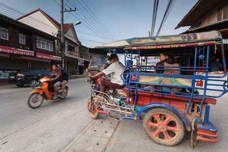 Chiang Khan, Loei, Tailandia. - Febrero 02,2014: El carrito auto clásico es el estilo único vehículo de transporte local en cualquier provincia de Tailandia. Foto de archivo - 48687042