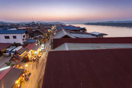 Chiang Khan, Loei, Tailandia. - Febrero 01,2014: no identificados casa antigua y la gente en una calle peatonal en Chiang Khan, Loei, Tailandia. A pie de calle es una atracción popular. Casi 20 millones de turistas visitaron Tailandia. Foto de archivo - 48687046