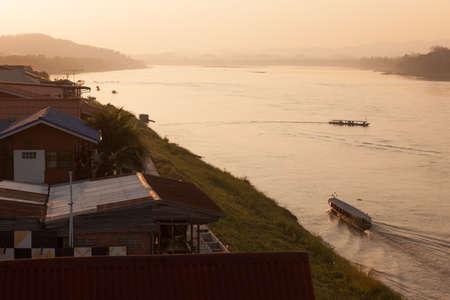 Chiang Khan, Loei, Tailandia. - Febrero 01,2014: Cruise viaje en barco llevan a los turistas hasta el río Mekong para ver la puesta de sol en Chiang Khan, Loei, Tailandia. Foto de archivo - 48687052