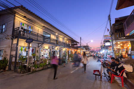 Chiang Khan, Loei, Tailandia. - Febrero 01,2014: no identificados casa antigua y la gente en una calle peatonal en Chiang Khan, Loei, Tailandia. A pie de calle es una atracción popular. Casi 20 millones de turistas visitaron Tailandia. Foto de archivo - 49164225