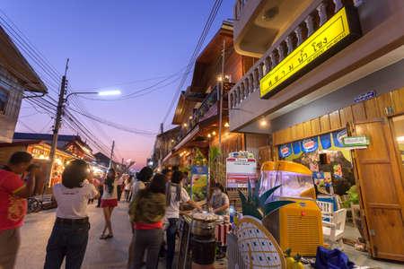 Chiang Khan, Loei, Tailandia. - Febrero 01,2014: no identificados casa antigua y la gente en una calle peatonal en Chiang Khan, Loei, Tailandia. A pie de calle es una atracción popular. Casi 20 millones de turistas visitaron Tailandia. Foto de archivo - 49164228