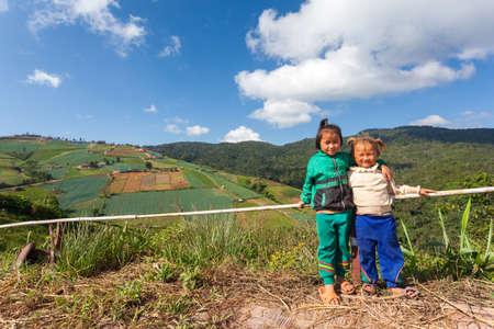 Provincia de Phetchabun, Tailandia - Octubre 27,2012: las niñas Hmong preciosas en Phu Tab Berk, provincia de Phetchabun, Tailandia. Foto de archivo - 49413347