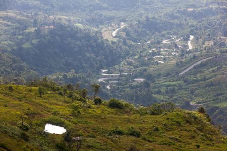 Sinuoso camino de montaña en Phu Tab Berk, provincia de Phetchabun, Tailandia. Foto de archivo - 49591379