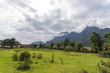 Vang Vieng es una ciudad orientada al turismo en Laos, situada en la provincia de Vientiane paseo alrededor de cuatro horas de autobús al norte de la capital. Foto de archivo - 52558315