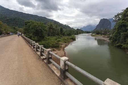 Vang Vieng es una ciudad orientada al turismo en Laos, situada en la provincia de Vientiane paseo alrededor de cuatro horas de autobús al norte de la capital. Foto de archivo - 52951093