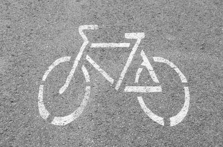 Droga rowerowa. Znak drogowy Rower na drodze. Ścieżka rowerowa. Druk na chodniku. Pojęcie zdrowia i sportu.