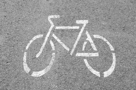 Radweg. Verkehrsschild Fahrrad unterwegs. Fahrradweg. Drucken Sie auf dem Bürgersteig. Das Konzept von Gesundheit und Sport.