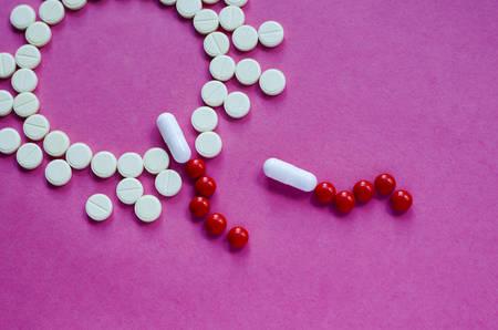 Los espermatozoides activos nadan hacia el óvulo sobre un fondo rosa. El concepto de embarazo, fertilización del óvulo. Con ayuda de pastillas. Inseminación artificial Fertilización extracorpórea. FIV.