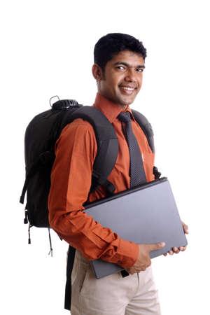 laptop asian: Estudiante de collage India posando con la computadora port�til.