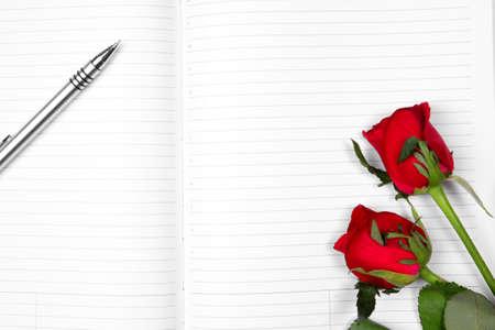 ball pens stationery: Bolígrafo y rosa roja sobre papel blanco vacío. Foto de archivo