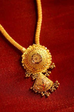 tissu or: Colliers d'or sur fond de tissu textur�.