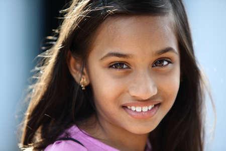 fille indienne: Belle fille petit indien posant à la caméra.