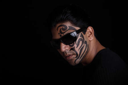 peinture visage: Indian portrait jeune homme avec la peinture faciale
