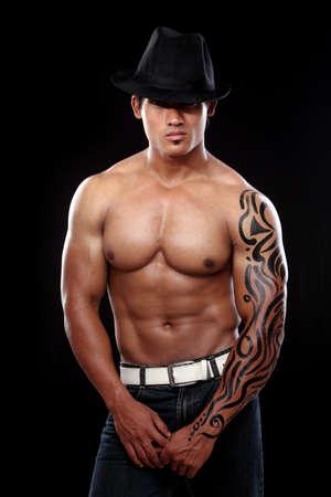 hombres musculosos: Indio de fitness joven posando a la c�mara. Foto de archivo