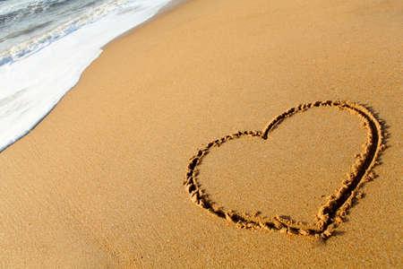 corazones azules: Coraz�n rayado en una playa vac�a, India