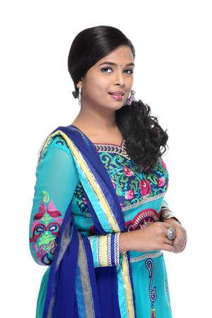 fille indienne: Belle fille indienne indien fatigué churidar traditionnelle sur fond blanc