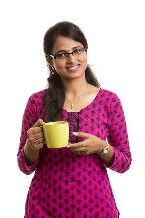 indianin: Atrakcyjna młoda Indianka pokazuje zieloną herbatę zapach na białym tle Zdjęcie Seryjne