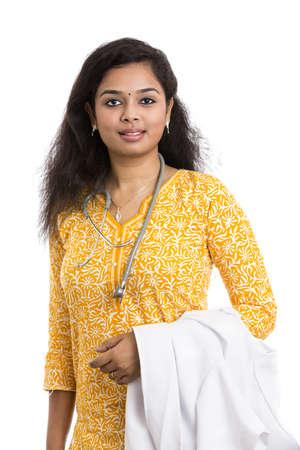 doctora: Un sonriente joven m�dico indio Mujer sobre fondo blanco