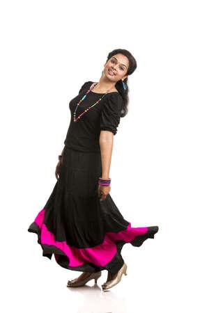 lanzamiento de bala: Baile Hermosa muchacha india contra el fondo blanco