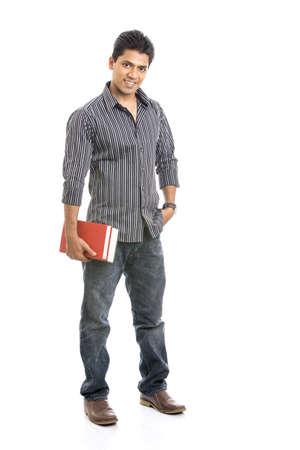 ni�o con mochila: Estudiante indio joven que lleva los libros en blanco Foto de archivo