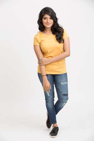 fille indienne: Beau modèle indien posant isolé sur blanc