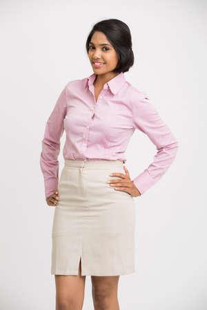 falda: Alegre empresaria posando sobre fondo blanco. Foto de archivo
