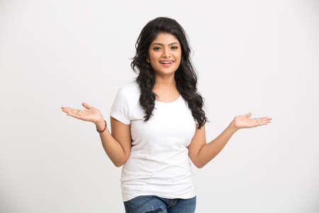 mujer cuerpo entero: India hermosa mujer que muestra gesticular en el fondo blanco. Foto de archivo