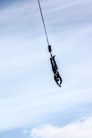bungee jumping: Puenting de una gr�a sobre el puerto de Hamburgo, Alemania. Persona irreconocible.