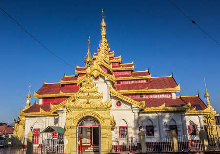 richly: wat mahamuni at Keng Tung in the north of Myanmar. A Thai style temple with a richly painted interior Stock Photo