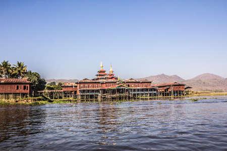 zancos: Un monasterio sobre pilotes en el lago Inle Myanmar. En el fondo son las monta�as. Editorial
