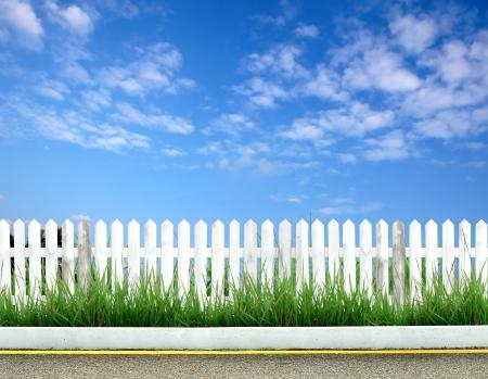 cerca blanca: carretera con valla blanco
