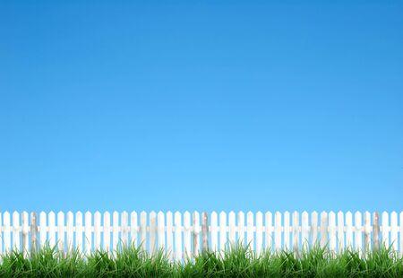 cerca blanca: valla de blanco y azul cielo