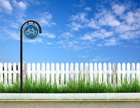 cerca blanca: bicicleta signo y blanco valla y azul cielo
