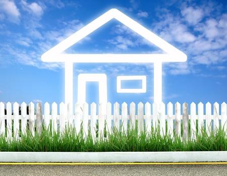 Stellen Sie sich vor Haussymbol mit weißen Zaun und blauer Himmel Standard-Bild